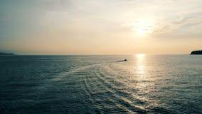 Havet på aunset får korsade över vid en motorbåt arkivfilmer