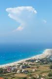 Havet seglar utmed kusten och kiteboarders Arkivbild