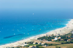Havet seglar utmed kusten och kiteboarders Royaltyfria Bilder