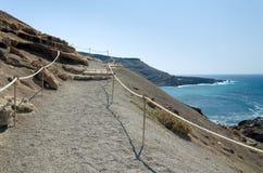Havet seglar utmed kusten vandringsledet Arkivbild