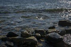 Havet stenar och vaggar av olik format och texsture av svart, grått och brunt på den Black Sea kusten royaltyfri bild