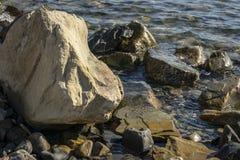 Havet stenar och vaggar av olik format och texsture av svart, grått och brunt på den Black Sea kusten arkivfoton