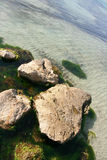 havet stenar vatten Arkivfoto