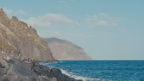 Havet vågor för blått vatten som kraschar på vulkaniskt, vaggar lager videofilmer