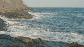 Havet vågor för blått vatten som kraschar på vulkaniskt, vaggar stock video