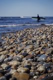 Havet vaggar och surfaren arkivfoton