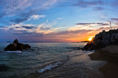Havet vaggar på en sandig strand på solnedgången i Sithonia, Chalkidiki Arkivbilder