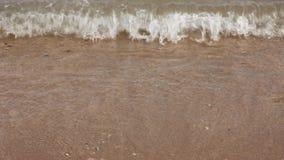 Havet vinkar över sandstranden lager videofilmer