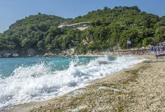 Havet vinkar - den Sarakiniko stranden nära Parga, Grekland Royaltyfria Bilder