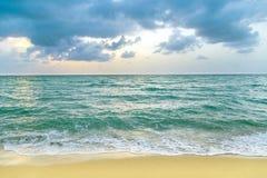 Havet vinkar i Miami med molnig himmel royaltyfria foton