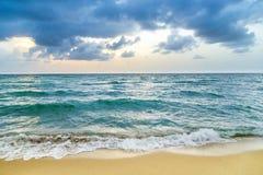 Havet vinkar i Miami med molnig himmel arkivbilder