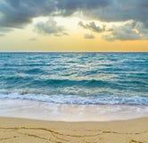 Havet vinkar i Miami med molnig himmel royaltyfri bild