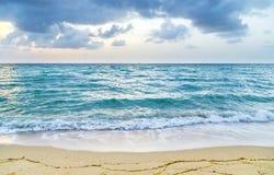 Havet vinkar i molnig himmel för Miami witzh royaltyfria bilder