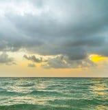 Havet vinkar i molnig himmel för Miami witzh arkivfoto