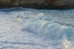 Havet vinkar och sand Royaltyfri Fotografi