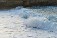 Havet vinkar och sand Arkivbild