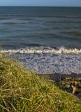 Havet vinkar på den atlantiska stranden för solnedgången royaltyfri bild