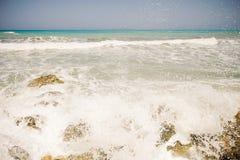 Havet vinkar på en varm solig dag Arkivfoton