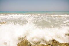 Havet vinkar på en varm solig dag Fotografering för Bildbyråer