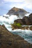 Havet vinkar på kusten av Garachico i Tenerife Arkivbilder