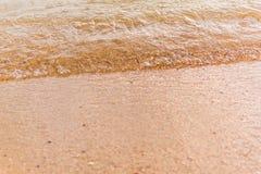 Havet vinkar på sanden Royaltyfria Bilder
