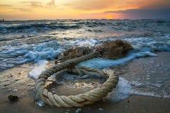 Havet vinkar på solnedgången royaltyfri fotografi