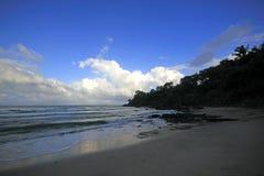 Havet vinkar på stranden royaltyfri fotografi