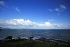 Havet vinkar på stranden arkivbild
