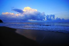 Havet vinkar på stranden fotografering för bildbyråer