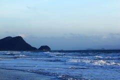 Havet vinkar på stranden royaltyfria foton