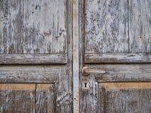 Havily texturizó puertas de madera viejas con la pintura que formaba escamas foto de archivo