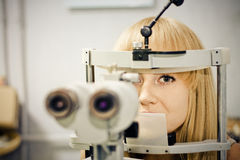 having her eyes on a slit lamp Royalty Free Stock Photography
