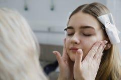Having Makeup Applied di modello Fotografia Stock Libera da Diritti