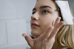 Having Makeup Applied di modello Fotografia Stock