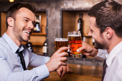 Having a pint with friend. Royalty Free Stock Photos