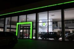 HAVIROV, republika czech - LISTOPAD 2, 2018: Przedstawicielstwo handlowe czecha Skoda Auto gatunek w Havirov w wieczór godzinach  fotografia stock