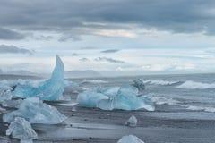 Havkust med många isberg nära den Jokulsarlon lagun, Island Arkivbild