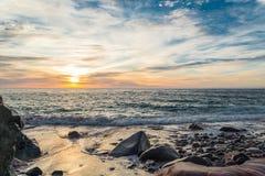 Havkust på soluppgång Arkivfoto