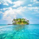 Havlandskap med den tropiska ön thailand Arkivfoton