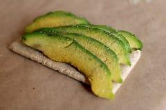 HAvocado no tost com sal e papel Sanduíche Fotos de Stock