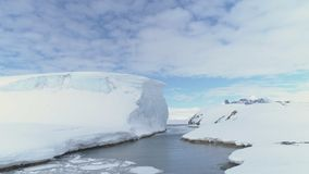 Havpasserande till och med isberget och Antarktis land arkivfilmer