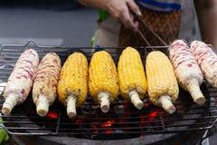 Havre för galler för gatamatman på majskolven på den varma ugnen med kol arkivfoto