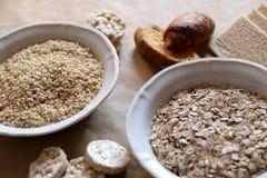 Havre och ris i en bunke Riskakor och bröd i bakgrund höga kolhydratmatar royaltyfri foto