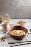 Havreflingor i den bruna lerabunken som är klar att laga mat Fotografering för Bildbyråer