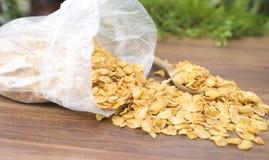Havreflingor på den wood tabellen Royaltyfria Foton
