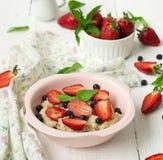 Havregröt med bär - jordgubbar och blåbär Royaltyfri Fotografi