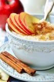 Havrehavregröt med äpplet, honung och kanel Royaltyfri Bild