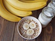 Havrehavregröt med bananer och yoghurt Arkivfoto