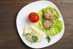 Havreliten pastej med grönsaker, tomaten och mosade potatisar Royaltyfri Foto