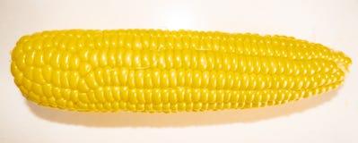 Havremajskolvar ligger i en platta på tabellen, vegetarisk mat arkivfoton